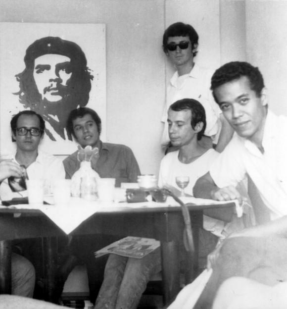 Foto: De pie, Luis Rogelio Nogueras. Sentados, de izquierda a derecha: Germán Piniella, Víctor Casaus, Silvio Rodríguez, Eduardo Heras León