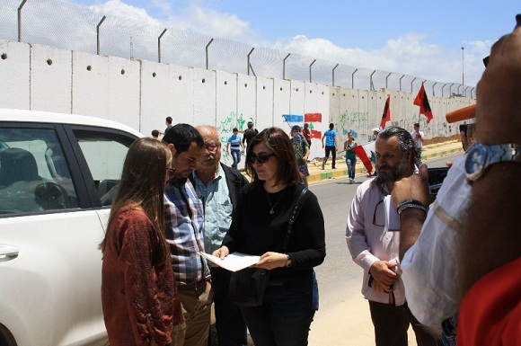 Wafy Ibrahim le entrega a Eva Turik, delegada de las Fuerzas Interinas de la ONU para el Líbano, una carta para que la organización internacional interceda ante el presidente Barack Obama.