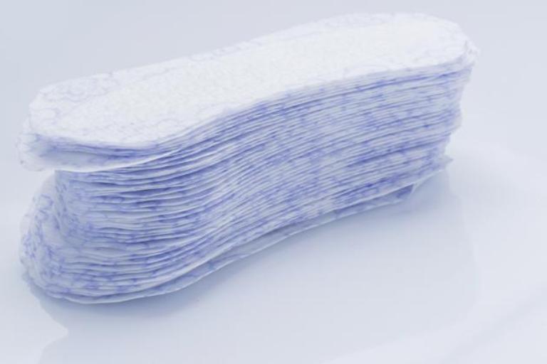 Toallitas sanitarias. Se trataba de un material cinco veces más absorbente que el algodón que se quería usar para la vestimenta de los profesionales sanitarios, pero las enfermeras, en plena Guerra, se dieron cuenta que podía usarse para la higiene femenina durante la menstruación.