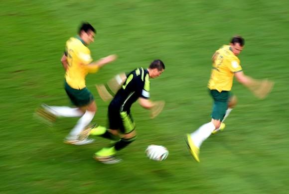 Fernando Torres avanza con el balón escoltado por los australianos Mile Jedinak (i) y Alex Wilkinson. DAVID RAMOS (GETTY IMAGES)