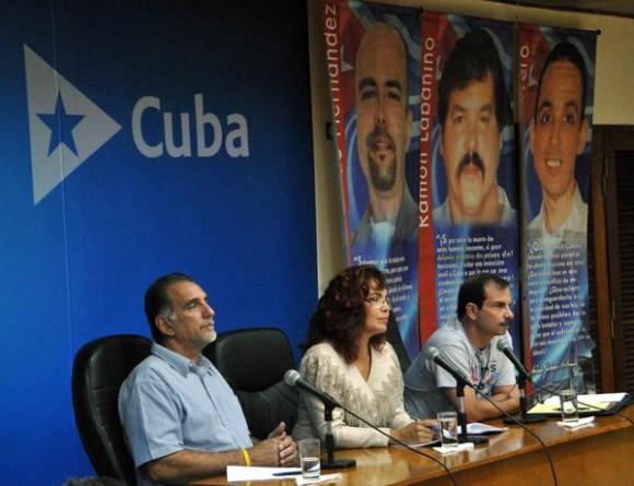 Los Héroes de la Republica de Cuba, Rene González (I), y Fernando González (D), durante la Videoconferencia entre La Habana y Washington, sobre los Cinco Héroes,  al centro la moderadora Irma Shelton,  en el ministerio de Relaciones Exteriores de Cuba (MINREX), en La Habana, el 10 de junio de 2014. AIN FOTO/Marcelino VAZQUEZ HERNANDEZ/