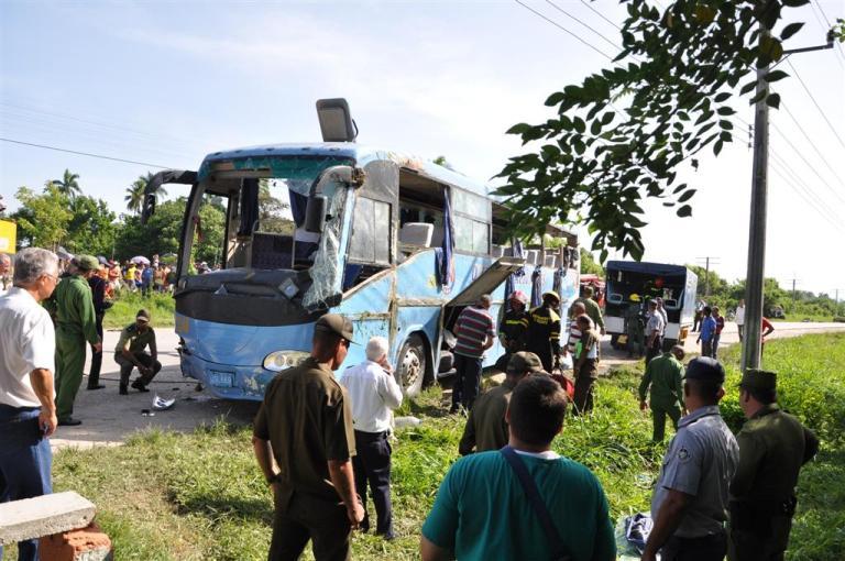 Lamentable accidente de tránsito provoca muerte de dos personas y 29 lesionados