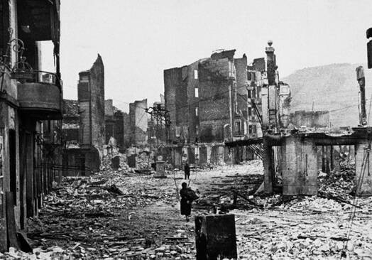 Cuando las bombas fascistas cayeron en el pueblo español de Guernica en la noche del 26 de abril de 1937, el horror que Picasso sintió fue como si un relámpago le hubiese pegado; y esa luz está en la pintura.