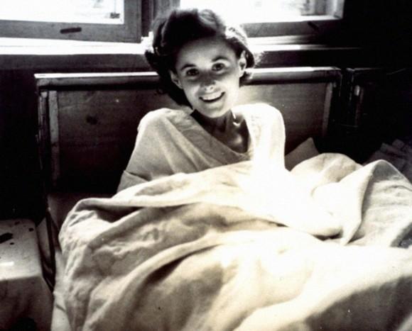 """La belleza liberada, 1945. """"Representa a una mujer en el momento de su liberación, tan delgada que cuesta verla, su rostro es radiante y vivo. Como si nunca hubiera estado encarcelada"""". Foto tomada en el campo de concentración Bergen-Belsen."""