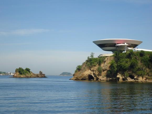La Bahía de Guanabara en Niteroi, Rio de Janeiro, Brasil. Sobre el peñazco, el Museo de Arte Contemporáneo diseñado por el maestro Oscar Niemeyer. Foto: Francisco Rivero