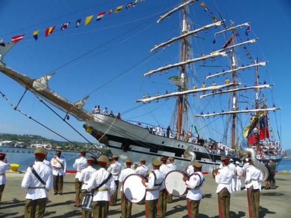 Buque escuela de la Armada de Venezuela visita Cuba. Foto: EFE
