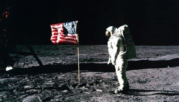 Buzz Aldrin saluda a la bandera de los EE.UU. sobre la superficie de la luna en julio de 1969.