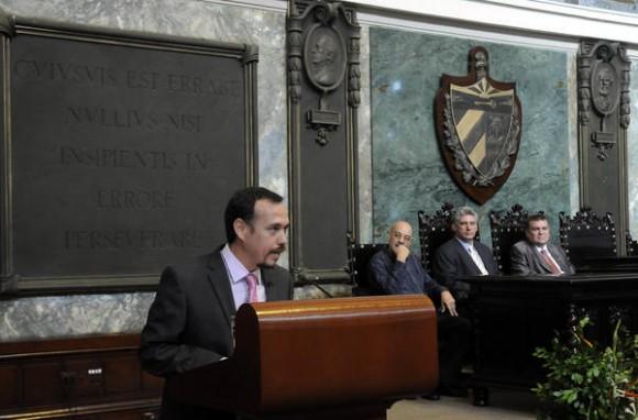 Dr. Raúl Garcés, Decano de  la Facultad de Comunicación de la Universidad de La Habana, tuvo a su cargo las palabras centrales del acto de graduación realizado en el Aula Magna de ese centro de altos estudios, el 10 de julio de 2014.   AIN FOTO/Abel PADRÓN PADILLA/