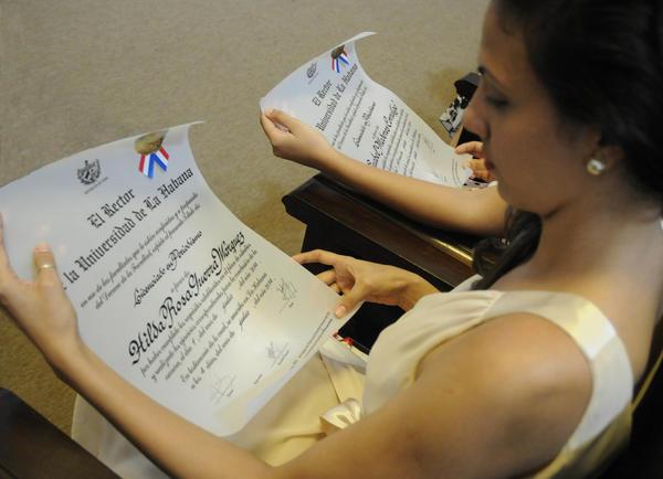 Alumnos de la Facultad de Comunicación de la Universidad de La Habana, recibieron diplomas de graduados,  en acto  realizado en el Aula Magna de ese centro de altos estudios, el 10 de julio de 2014.  AIN FOTO/Abel PADRÓN PADILLA