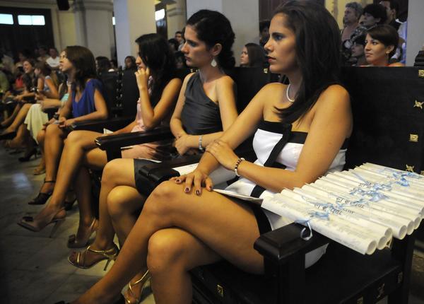 Alumnos de la Facultad de Comunicación de la Universidad de La Habana, en el acto de graduación, realizado en el Aula Magna de ese centro de altos estudios, el 10 de julio de 2014.  AIN FOTO/Abel PADRÓN PADILLA