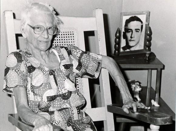 Clara García, mamá de Ciro Redondo, expedicionario del Granma. Foto: Arnaldo Santos, tomada el 23 de noviembre de 1987,