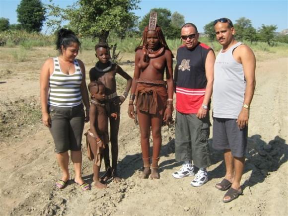 Colaboradores cubanos compartiendo con una de la tribus en Namibia. Foto: Rolando Peña Zayas