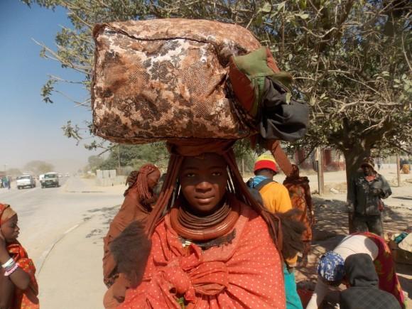 Comerciante Himba en Namibia. Foto: José Zayas, colaborador cubano.