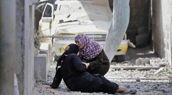 Dos mujeres lloran ante los escombros de su casa en Beit Hanoun, en el norte de la Franja de Gaza. Lefteris Pitarakis AP
