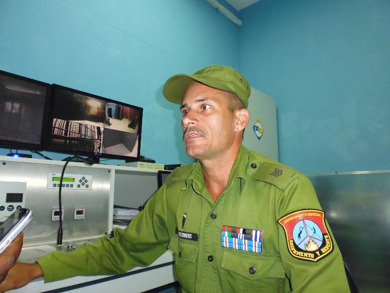 El Capit+ín Juan Carlos Fern+índez, Profesor de la C+ítedra de Extinci+¦n se siente orgulloso de dirigir el Laboratorio para el entrenamiento de las fuerzas de Rescate y Salvamento.