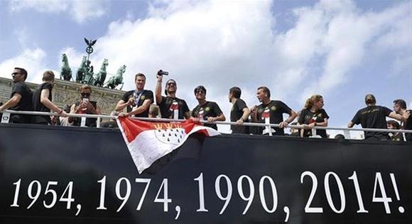 El autobús de la selección marcaba los años en que Alemania ganó la Copa. (EFE)