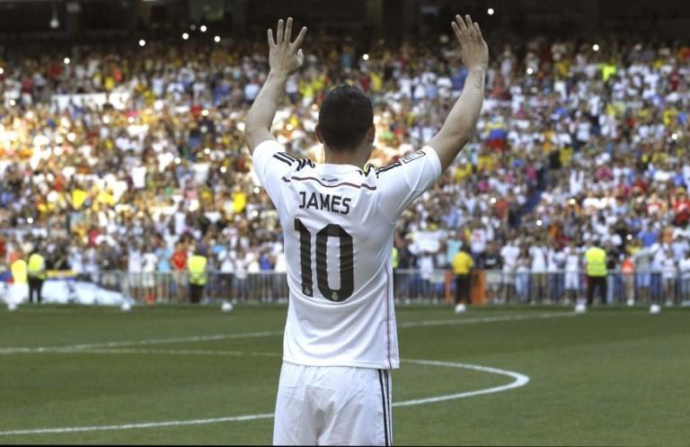 El colombiano James Rodríguez durante su presentación como nuevo jugador del Real Madrid, celebrada este martes 22 de julio en el estadio Santaigo Bernabéu. FOTO EFE.