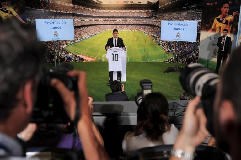 El colombiano James Rodríguez durante su presentación como nuevo jugador del Real Madrid este martes 22 de julio en el Santiago Bernabéu. FOTO GETTY IMAGES.