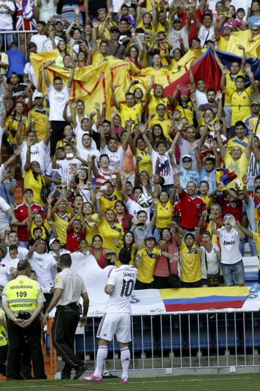 El jugador colombiano James Rodríguez con su equipación del Real Madrid, durante su presentación este martes 22 de julio en el estadio Santiago Bernabéu, en Madrid. FOTO EFE.