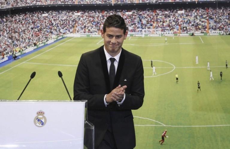 El jugador colombiano James Rodríguez, durante su presentación como nuevo jugador del Real Madrid esta tarde en el palco de honor del estadio Santaigo Bernabéu. FOTO EFE.