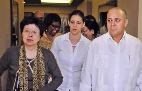 El ministro de Salud Pública, Roberto Morales Ojeda, recibió en el Aeropuerto Internacional José Martí a Margaret Chan (izquierda), directora general de la Organización Mundial de la Salud. Foto: Jorge Luis González