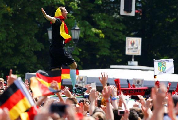 El portero Manuel Neuer, fue uno de los más aplaudidos en la bienvenida alemana a su selección. (Reuters)