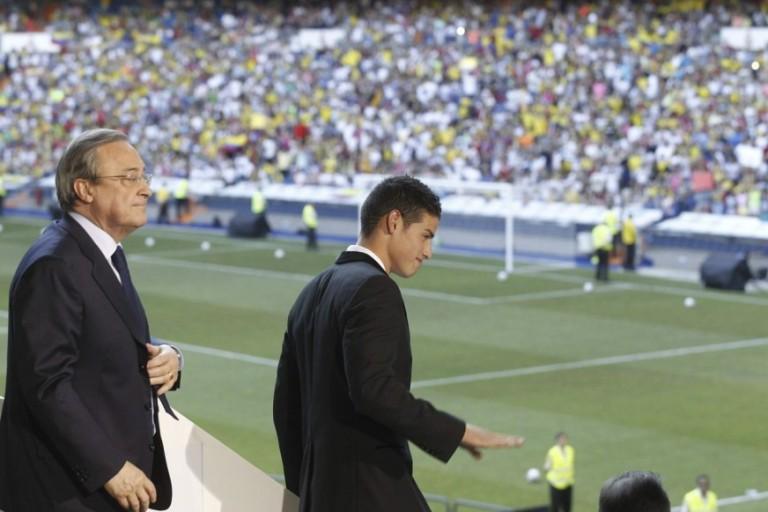 El presidente del Real Madrid, Florentino Pérez (i), junto a James Rodríguez durante la presentación del jugador colombiano esta tarde en el palco de honor del estadio Santaigo Bernabéu, en Madrid. FOTO: EFE.