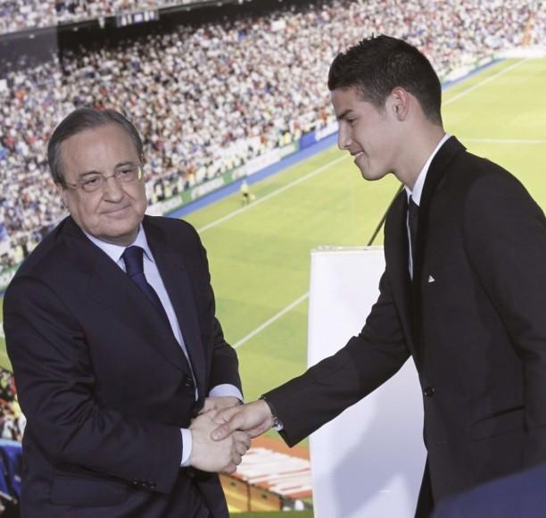 El presidente del Real Madrid, Florentino Pérez (i), saluda a James Rodríguez durante la presentación del jugador colombiano esta tarde en el palco de honor del estadio Santaigo Bernabéu, en Madrid. FOTO: EFE.