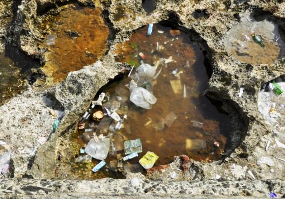 En los pocitos de agua se acumula el desecho. Foto. Roberto Garaicoa Martinéz.CUBADEBATE