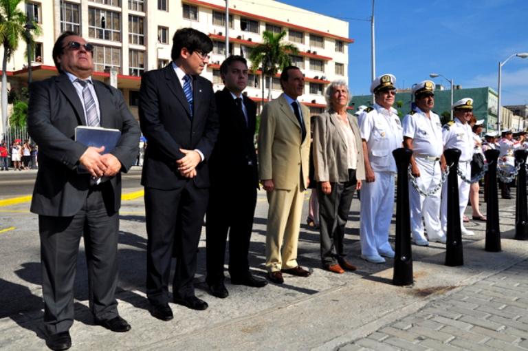 Excelentísima Señora Juliana Isabel Marino, embajadora de Argentina en Cuba, Funcionarios de la Emabajada Argentina en Cuba y oficilaes de la Marina de Guerra Revolucionaria.
