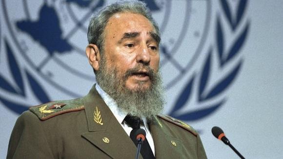En solo 7 minutos  al tomar el podio en la Cumbre de la Tierra, realizada en Río de Janeiro en 1992, Fidel señaló claramente a los culpables del deterioro medioambiental y planteó el camino para su solución: pagar la deuda ecológica y no la deuda externa.