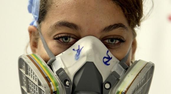 Gissel Saldívar, 19 años, técnico en Química, supervisa las placas para los biosensores en el área de impresión de la Planta de Biosensores, del Centro de Inmunoensayo (CIE), de La Habana.  Foto: Ladyrene Pérez/ Cubadebate.