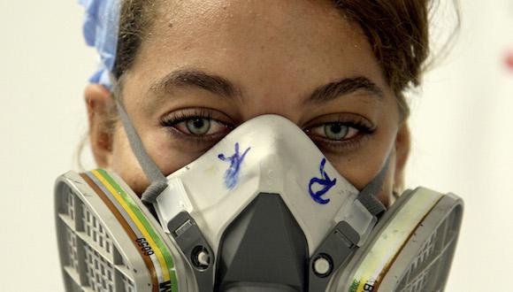 Gissel Saldívar, 19 años, técnico en Química, supervisa las placas para los biosensores en el área de impresión de la Planta de Biosensores, del Centro de Inmunoensayo (CIE), de La Habana. Foto: Irene Pérez/ Cubadebate.