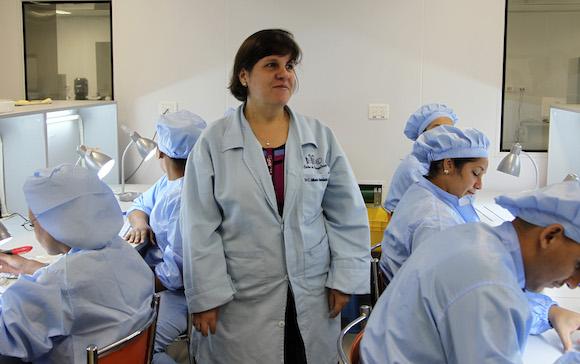 La Doctora en Ciencias Químicas Mylenén Hernández dirige  del área de investigaciones de la Planta de Biosensores del Centro de Inmunoensayo, de La Habana, fruto de un acuerdo comercial entre Cuba y China.  Foto: Ladyrene Pérez/ Cubadebate
