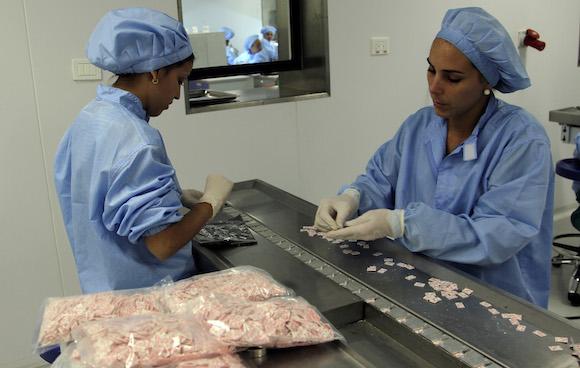 Dos trabajadoras empacan los biosensores o tiras reactivas para el control de la diabetes en la Planta de Biosensores, del Centro de Inmunoensayo de La Habana. Foto: Irene Pérez/ Cubadebate.