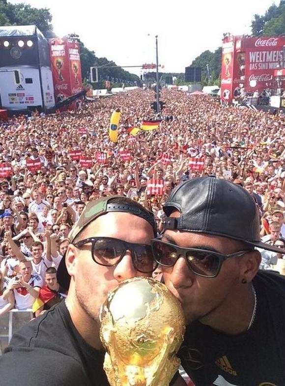 Gracias Alemania, puso el jugador Lukas Podolski, al subir una foto a Twitter de la celebración del campeonato mundial en Berlín