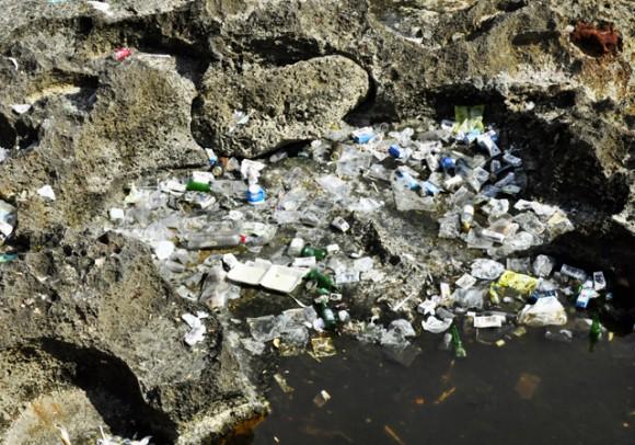 Grandes desechos que demoran en descomponerse. Foto. Roberto Garaicoa Martínez. CUBADEBATE.