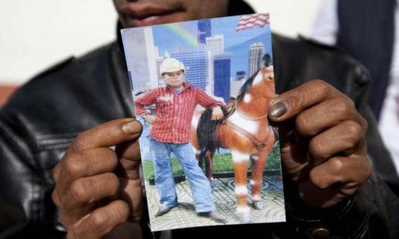 Guatemaltecos de San José las Flores, municipio de Chiantla, trasladan el ataúd del niño Gilberto Francisco Ramos Juárez, quien falleció hace dos semanas en el desierto de Texas. El cuerpo del pequeño migrante fue entregado a sus familiares el viernes pasadoFoto Xinhua