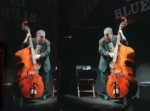 Haden incorporó estructuras armónicas atonales y novedosas. Arriba, el músico hace una prueba de sonido antes de su presentación en la Casa del Blues en Hollywood, California, el 9 de enero de 1997Foto Ap