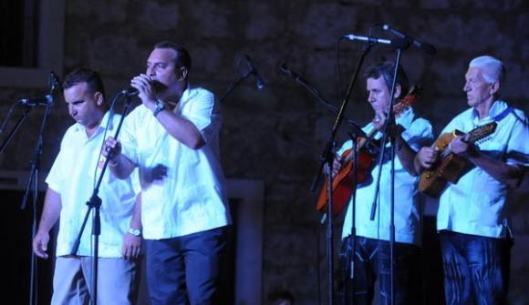 Actuación de repentistas Héctico y Aramís durante el acto conmemorativo del Aniversario 60 del natalicio del Comandante Hugo Chávez Frías, realizado en el Complejo Morro Cabañas, en La Habana, Cuba, el 28 de julio de 2014. AIN FOTO/Oriol de la Cruz ATENCIO