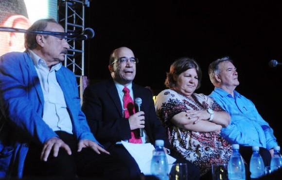 """Intervención de Randy Alonso Falcón (2do de I a D), director del programa """"Mesa Redonda"""",  durante el acto conmemorativo del Aniversario 60 del natalicio del Comandante Hugo Chávez Frías, realizado en el Complejo Morro Cabañas, en La Habana, Cuba, el 28 de julio de 2014.Junto a él, Ignacio ramonet (izq), Aleida Guevara (der) y Roy Chaderton (extrema izq.). AIN FOTO/Oriol de la Cruz ATENCIO"""
