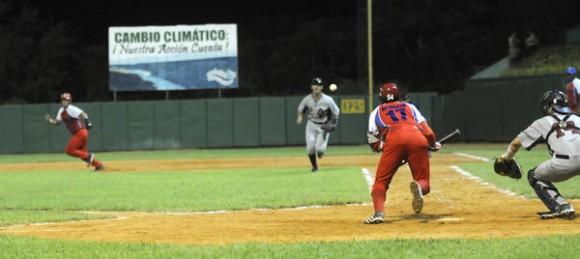 Segundo juego del tope de béisbol entre los equipos de Cuba y Estados Unidos, realizado en el estadio Capitán San Luís de la ciudad de Pinar del Río, el 25 de julio de 2014.AIN FOTO/Abel PADRÓN PADILLA