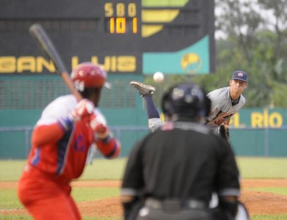 Gana la selección de Cuba a Estados Unidos el segundo juego del tope de béisbol, protagonizado en el estadio Capitán San Luís de la ciudad de Pinar del Río, el 25 de julio de 2014.AIN FOTO/Abel PADRÓN PADILLA