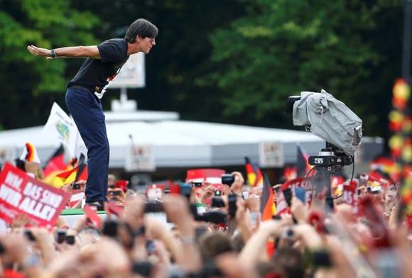 Joachim Loew, el director técnico de la selección alemana, aclamado por la multitud. (Reuters)