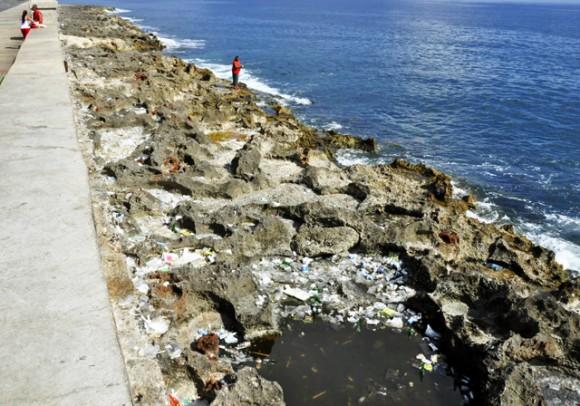 La acumulacion de basura arrojada es enorme. Foto. Roberto Garaicoa Martínez. CUBADEBATE