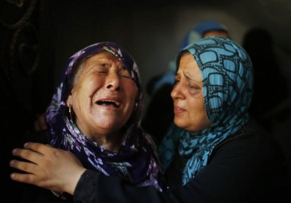 Llantos durante el entierro de los miembros de la familia Hamad en la ciudad de Beit Hanoun, en el norte de la Franja de Gaza