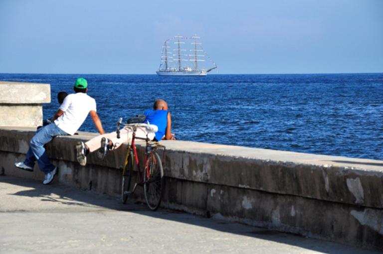 Los habaneros se van congregando a la entrada de la Bahia de la Habana.