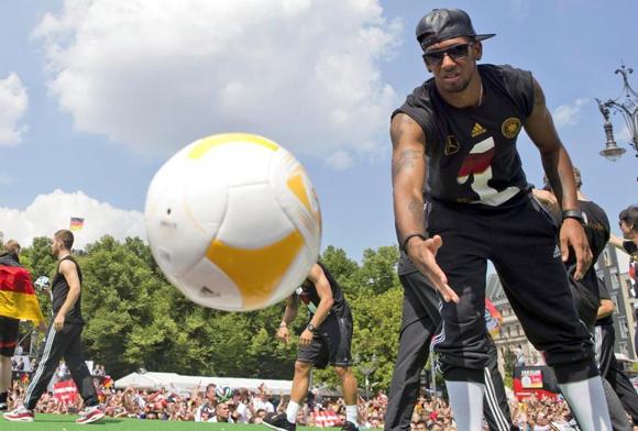 Los jugadores incluso intercambiaron juegos de balones con la afición alemana. (Reuters)