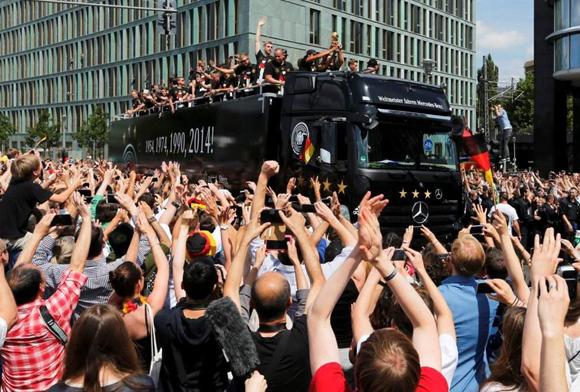 Los tetracampeones fueron aclamados por miles de personas en las calles berlinesas. (Reuters)