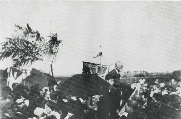 En el acto de inauguración del mausoleo a Antonio Maceo y Panchito G. Toro, El Cacahual, diciembre de 1899.